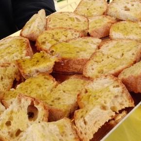 OLIO NUOVO. E ora si assaggia: pane e olio per tutti  al mercato Campagna Amica di Pistoia     Sabato 10 novembre in via dell'Annona