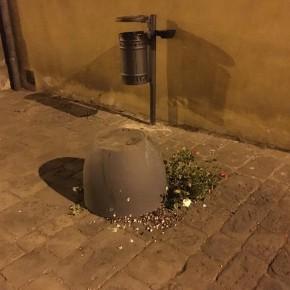 """Rovesciata una conca di fiori  in via Giusti a Pescia     Indignato il sindaco Oreste Giurlani """"Atto vandalico senza senso"""""""