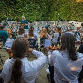 La musica per superare confini, diversità e pregiudizi  Pinocchio Joins The Orchestra si esibisce a Collodi  I ragazzi dell'orchestra multinazionale apre domani il Senza Fili. Pinocchio Street Festival