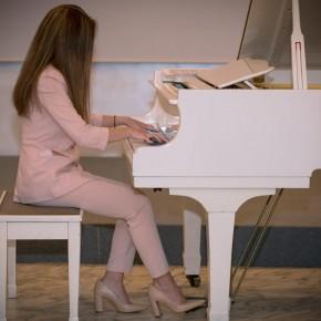 """Hotel Esplanade di Viareggio  Grande successo di pubblico alla presentazione  di""""Life"""", l'inno alla vita della Pianista Lucrezia"""