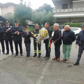 La vicinanza della città di Pescia e delle sue istituzioni ai Vigili del Fuoco   Giurlani ha letto una lettera e donato un mazzo di fiori al comandante Gentiluomo