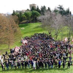 Volterra 2021: mille persone per festeggiare la candidatura! Braccia levate per la foto-simbolo del dossier che sarà consegnato al MiBACT il 13 marzo.