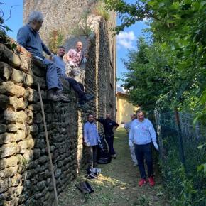 """La Compagnia Arcieri del Rione Santa Maria ripulisce un tratto delle vecchie mura di Pescia     Giurlani e Bellandi si complimentano con loro """"Grande esempio"""""""