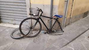 """Fra 48 ore verranno definitivamente tolte le biciclette abbandonate nel centro storico di Pescia           Bellandi """"Operazione iniziata con i veicoli a motore che continua anche per le due ruote""""."""