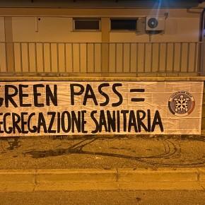 """Green Pass, striscioni di CasaPound in tutta Italia: """"scelta folle, è segregazione sanitaria"""""""