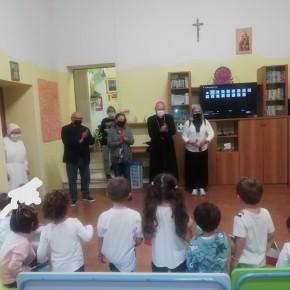 Continua la serie di visite nelle scuole per gli auguri di inizio anno     Guja Guidi e Fiorella Grossi a Collodi, Cardino e agli asili di piazza Anzilotti